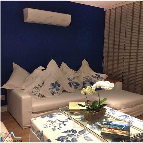parede azul com sofá branco