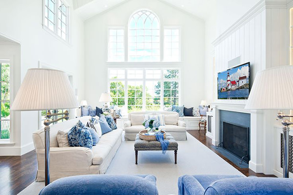 sala com pe direito duplo com moveis azul branco
