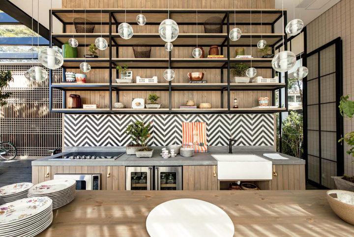 bancada de cozinha com decoração chevron e estante alta
