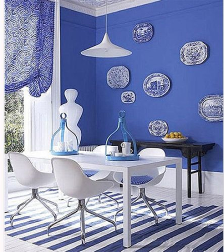 pratos na parede azul reino da coral