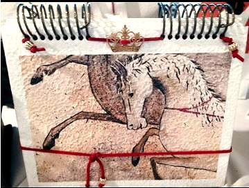 Detalhe caderno confeccionado em papel artesanal.