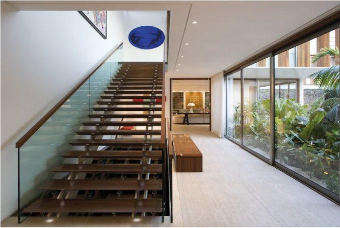 escada de madeira e corrimao de vidro