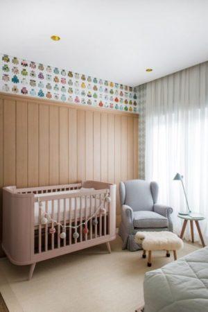 Clássico em madeira,um pouco mais alto nesse quarto de bebe.