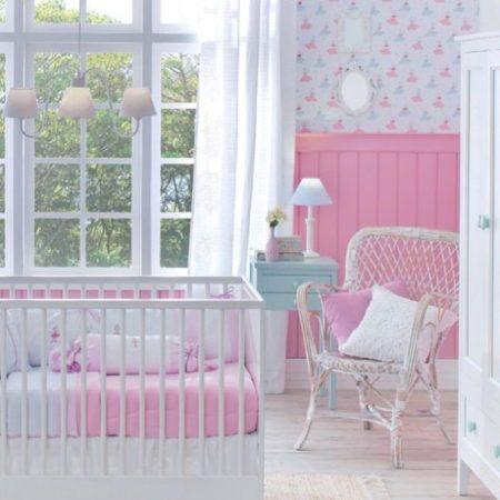 Lambri no quarto de bebe,um clássico na decoração.