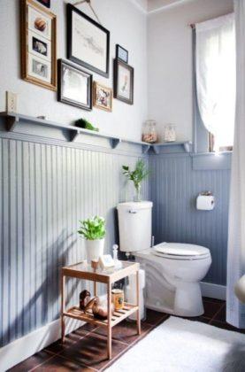 Um charme o uso de lambri nesse banheiro.