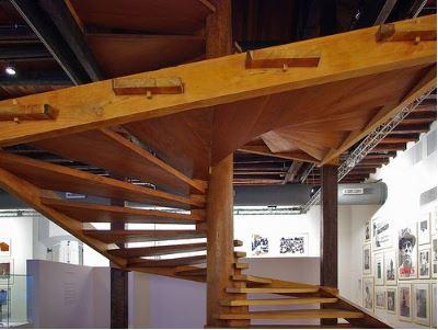 escada em espiral de madeira