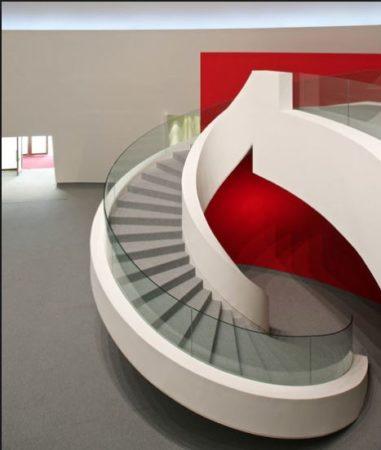 escada em concreto e parede vermelha