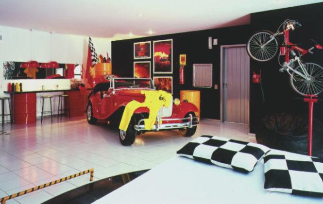 suite com cama e carro vermelho