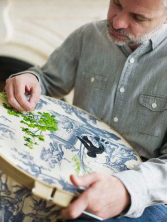 Design nova-iorquino Richard Saja bordando no Toile de Jouy