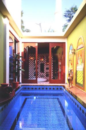 Piscina da suite com porta ao fundo