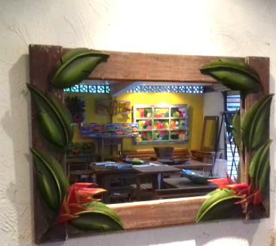 quadro de espelho com folhas de bananeira de rafael santos