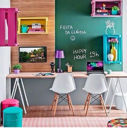 escritorio com cadeias e parede de lousa colorida
