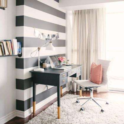 escritorio com paredes listradas