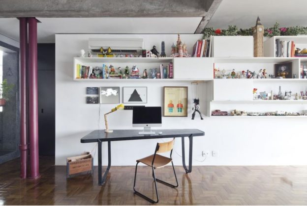 escritorio com prateleiras