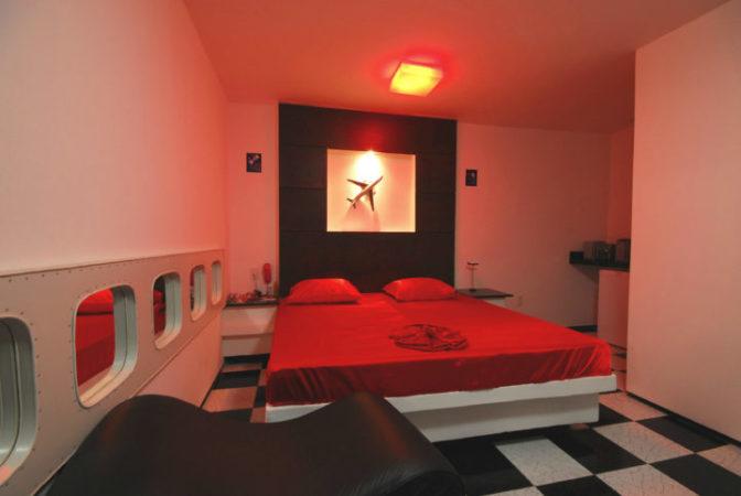cama na suite com janelas de aviao