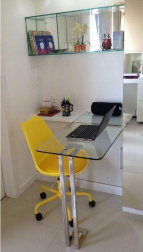 escrivaninha de vidro com cadeira amarela