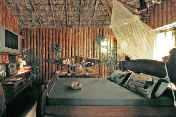 suite motel com cama e espelho