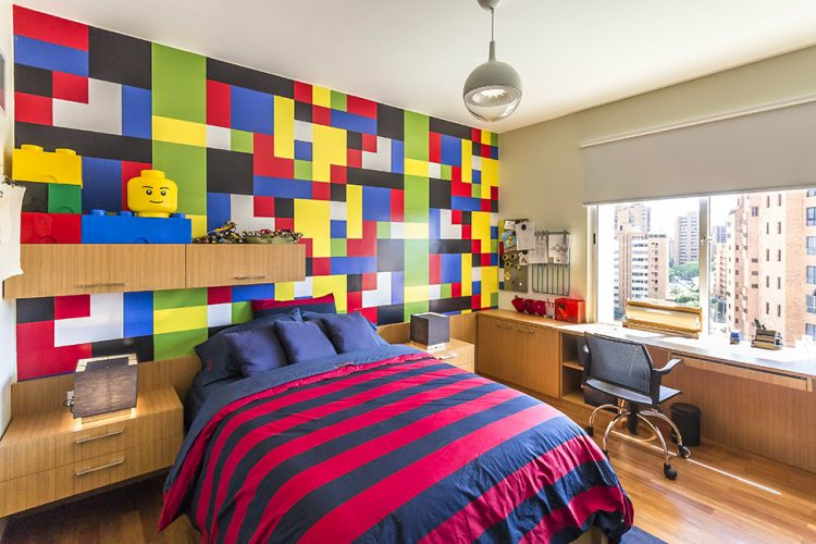 Quarto com papel de parede imitando lego