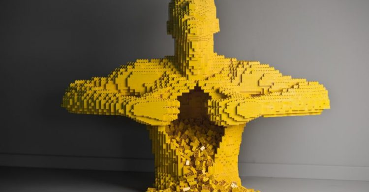 Yellow, escultura em Lego criada por Nathan Sawaya