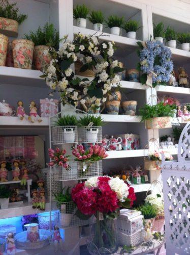 guirlandas com flores penduradas em estante