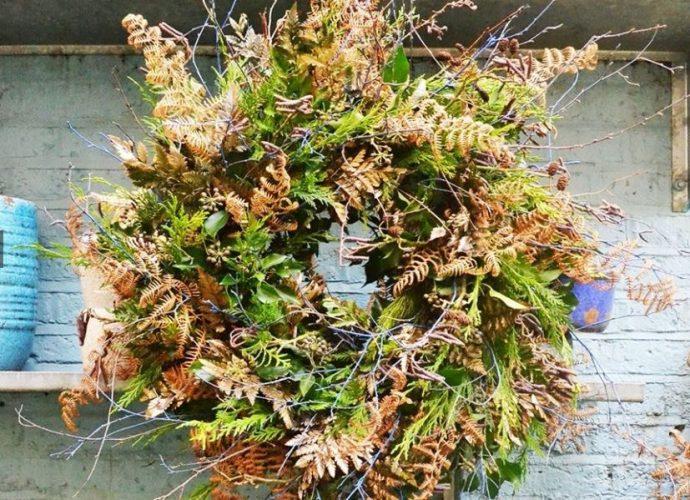 guirlanda com folhas secas e folhas naturais