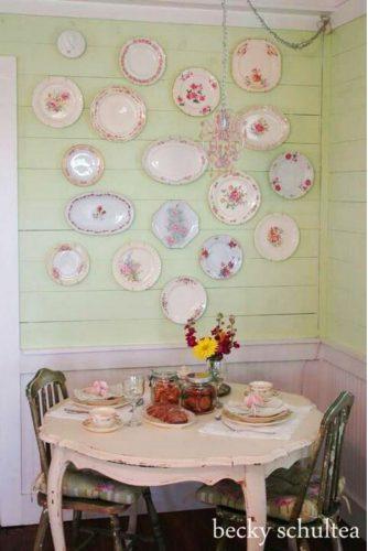 Pratos na parede por Becky Schultea