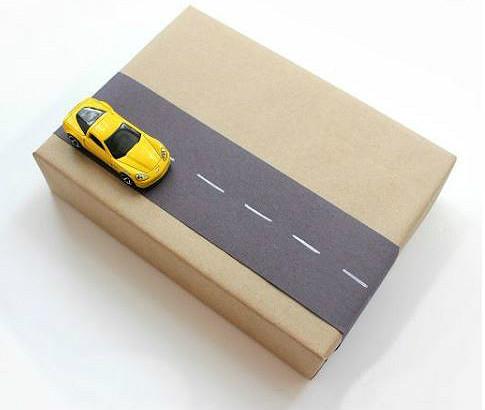 caixa com carro e estrada