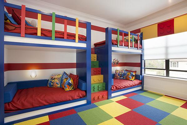 quarto com beliches e degraus de lego