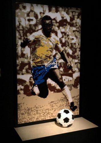 a foto de Pelé feita em Lego por Nathan Sawaya