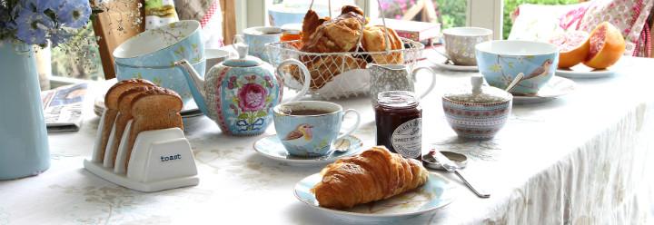 mesa de cafe da manha com louças da PIPStudio