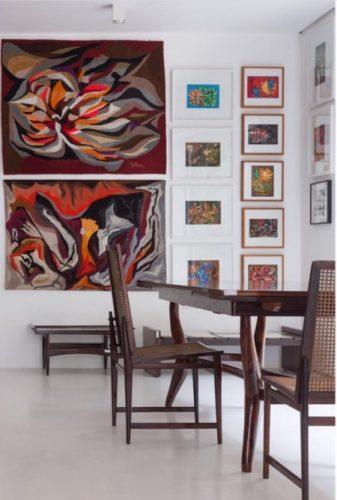 Sala de jantar com tapeçarias na parede