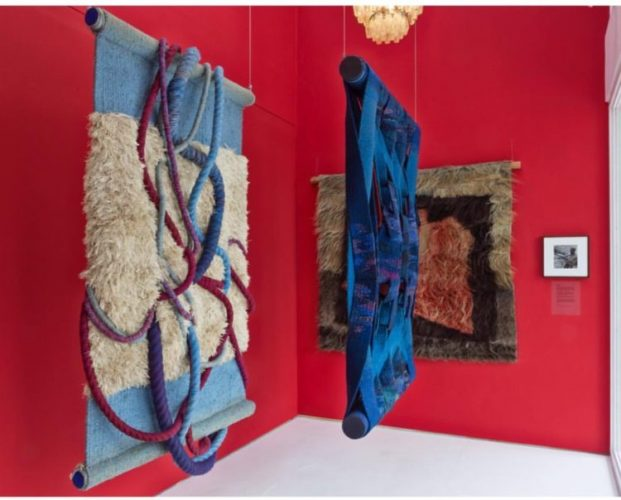 tapeçarias modernas penduradas