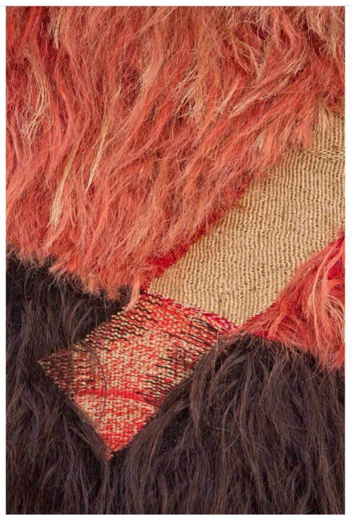 """Detalhe da tapeçaria de Edmar de Almeida, intitulada """"Crisálida"""", tecida no tear com crina de cavalo e lã, frente e verso."""