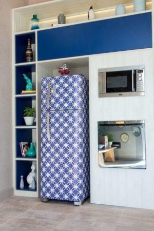 geladeira adesivada de azul