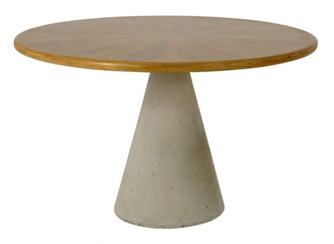 Mesa de jantar Cone assinada pelo designer Alfio Lisi com base em concreto e tampo em freijó