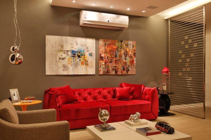 ambiente com sofa colorido de Nilton Montarroyos