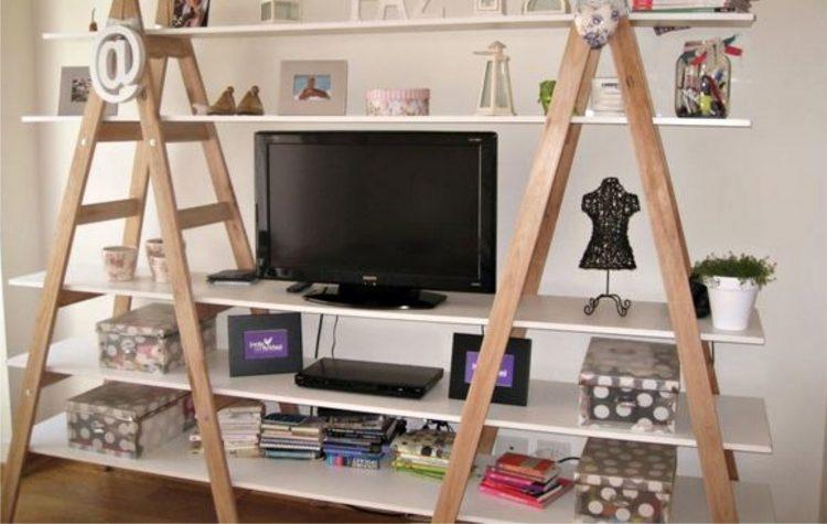 tv e estante com escada