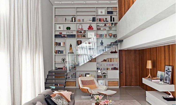 estante na parede de fundo da escada