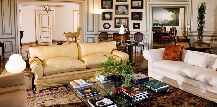 sofas coloridos em ambiente de Joy Garrido