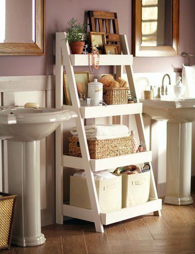 prateleiras no banheiro com escada na decoração