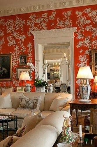 Sala com papel de parede chinoiserie laranja.