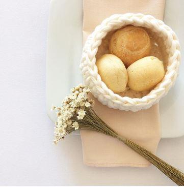 cesta branca com pao de queijo tramaria