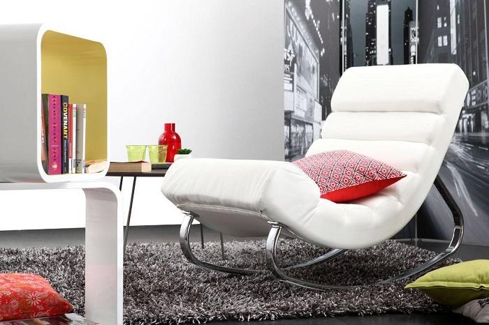 Cadeira de balanço branca na sala