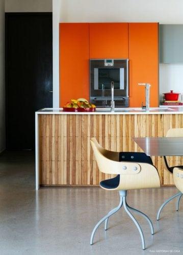 Cozinha com painel em laranja para embutir o forno.