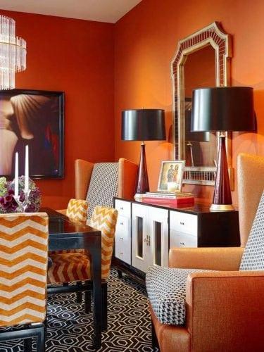 Sala de jantar com as paredes pintadas de laranja.