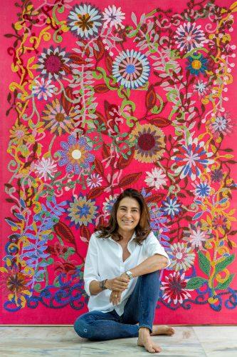 A artista plástica Mucki Botkay Skowronsky e quadro inédito que será exposto no ARQUIVO CONTEMPORÂNEO