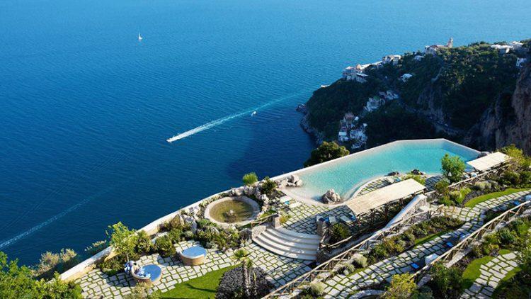Piscina Hotel Santa Rosa, na Costa Amalfi, Itália