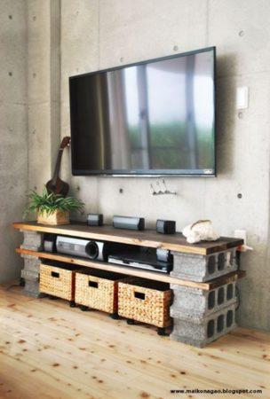 rack de madeira com blocos de concreto servindo como base