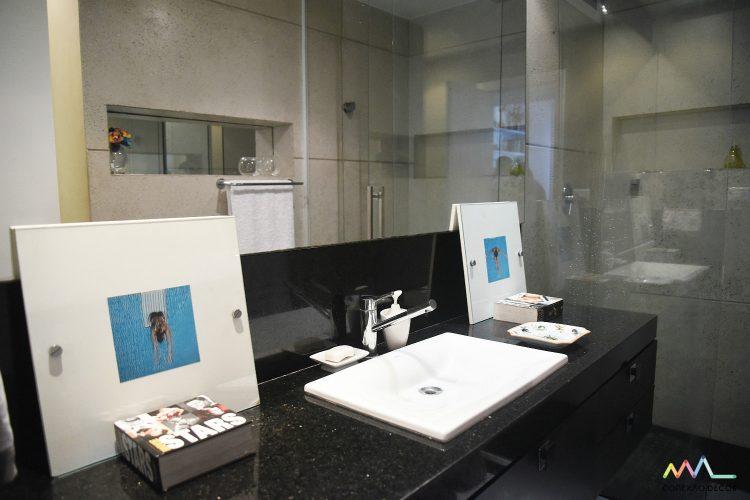 banheiro de Rudy Meirelles com foto de ari kaye conexao decor