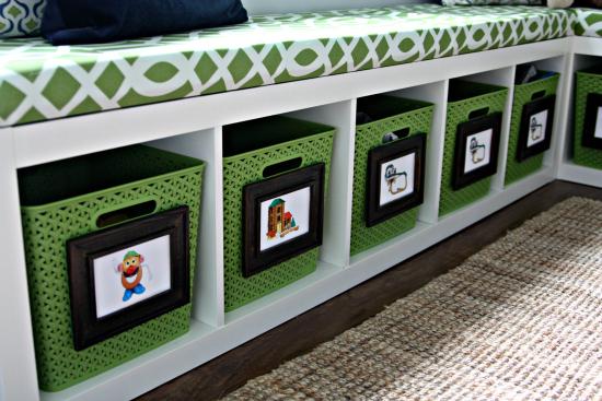 Decoração de quarto de criança, cestos organizadores em um banco embaixo da janela.